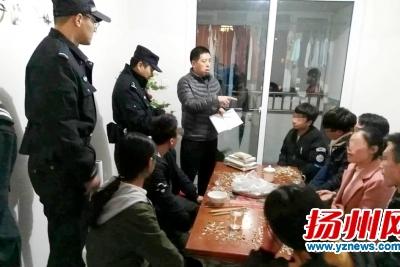 警方对现场人员进行调查